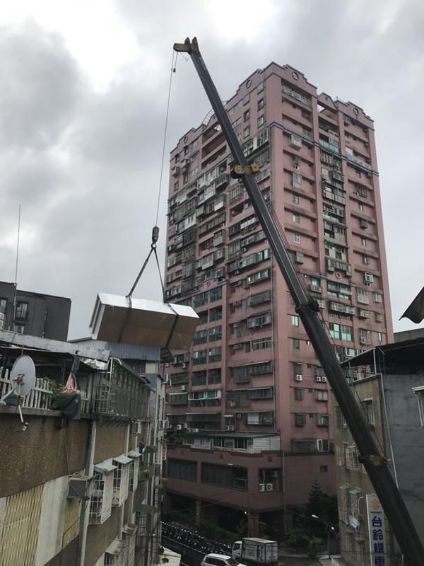 台北市新北市搬家案例.台北市士林區搬家至新北市中和區吊車作業搬運大型家俱1
