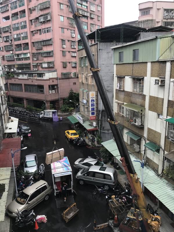 台北市新北市搬家案例.台北市士林區搬家至新北市中和區吊車作業搬運大型家俱3