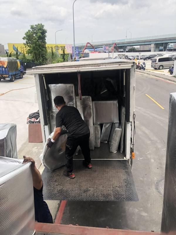 新北市搬家案例.拆兩個貨櫃與搬運-協助客戶進行外國進口特殊家具組裝3