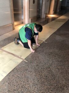 台北市搬家案例.松山區-搬運前貼防護面材保護大樓石材地板3