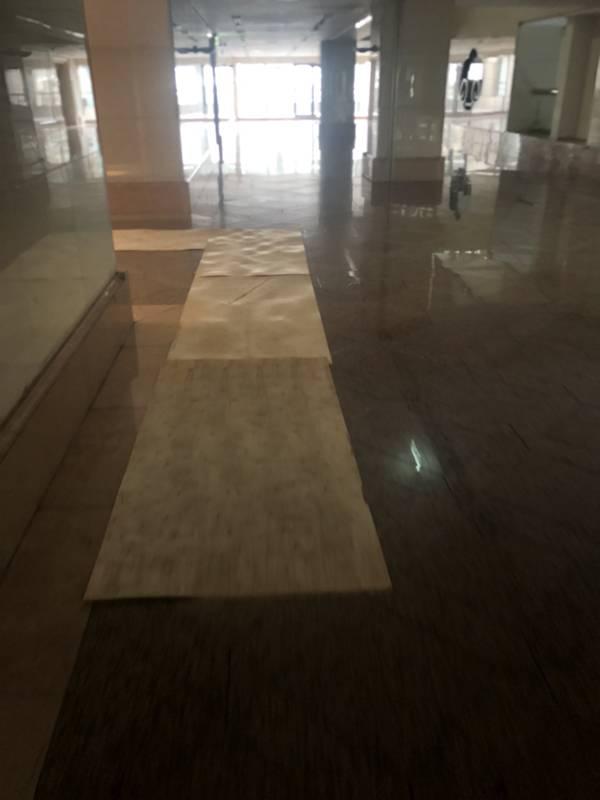 台北市搬家案例.松山區-搬運前貼防護面材保護大樓石材地板5