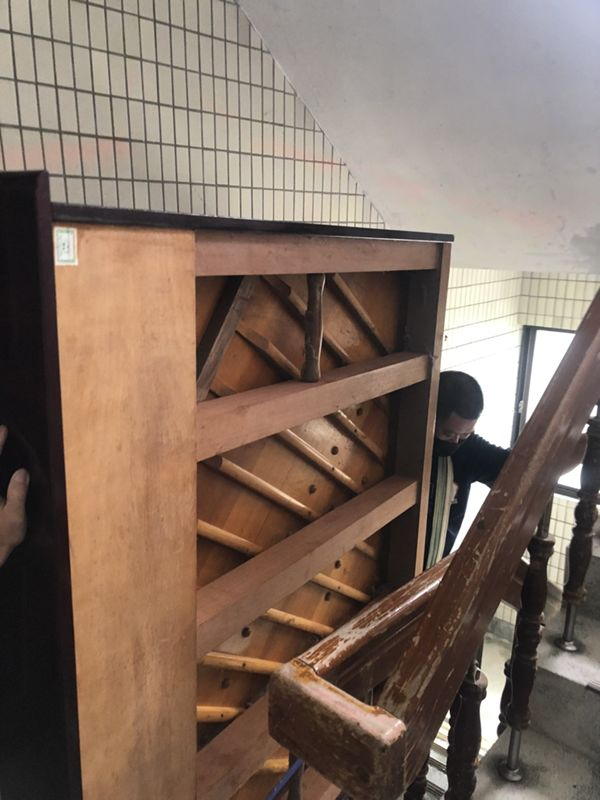台北市搬家案例.士林區搬廢棄鋼琴至一樓巷口回收2